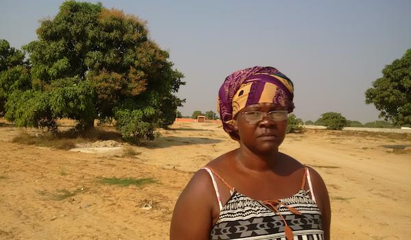 Helena Teka no terreno onde perdeu tudo, incluindo os filhos.