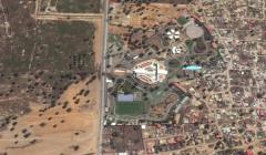 Imagem por satélite do terreno em disputa (esq.) e a propriedade do ministro (dir.).