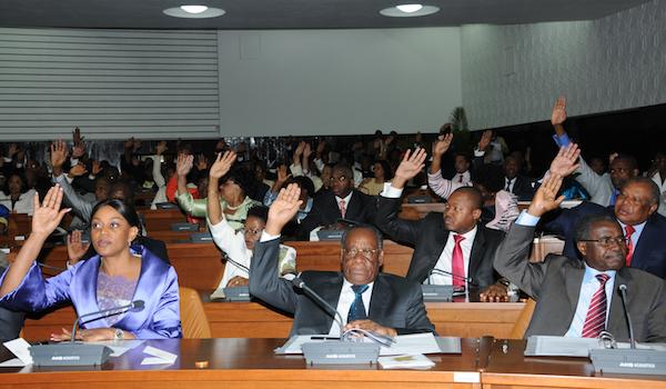 Votação de mãos ao ar na Assembleia Nacional. com o sim da primeira-dama e deputada Ana Paula dos Santos.