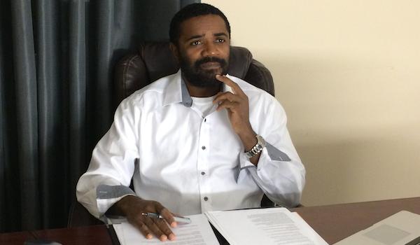 O cidadão angolano Luís de Sousa, o queixoso contra a embaixada nos EUA.